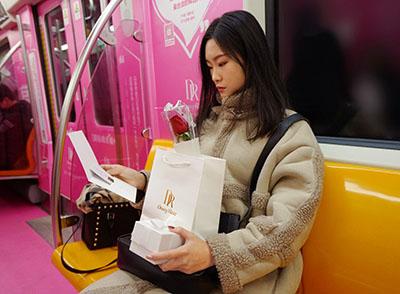 """沈阳地铁惊现千份""""爱的礼物"""",都是来自DR钻戒"""