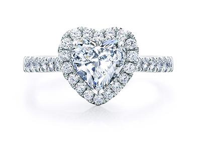 订婚钻戒多少钱?如何在珠宝店里选择比较好?_品牌钻石价格表